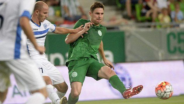 Jovan Blagojevič z Željezničaru Sarajevo v souboji se Zoltanem Gerou (vpravo) z Ferencvárose.