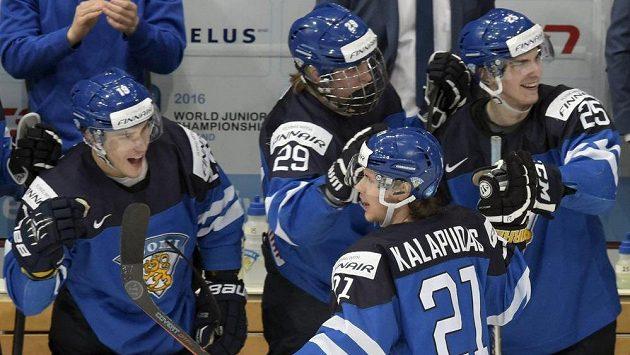 Finský útočník Antti Kalapudas (č. 21) slaví se spoluhráči gól proti Švédsku v semifinále MS dvacítek.