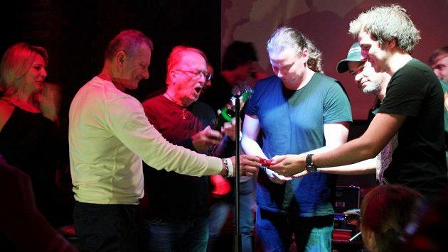 Jaromír Jiřík (zleva), Petr Janda, Lukáš Písařík a Jaroslav Tabuer při křtu hudebního klipu Tajemství.