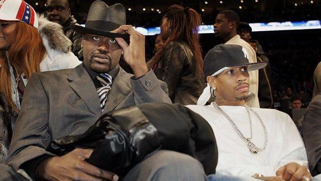 Shaquille O´Neal (vlevo) a Allen Iverson, dva budoucí členové basketbalové Síně slávy, sledují při All Star víkendu NBA 2005 v Denveru zápas nováčků.