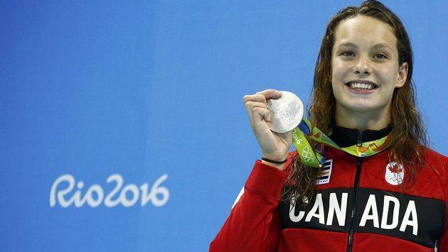 Kanaďanka Penny Oleksiaková s medaiílí po závodě na 100 metrů motýlek.