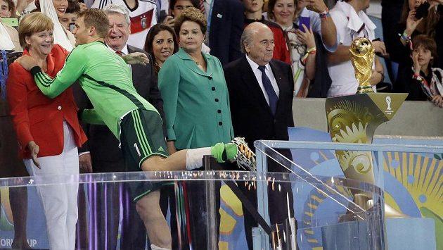 Německý brankář Manuel Neuer a premiérka Angela Merkelová.