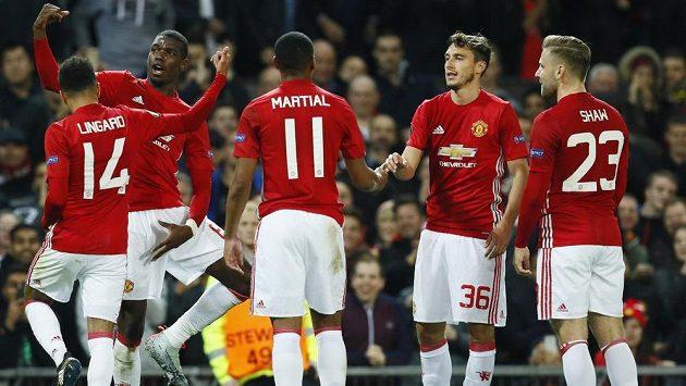 Záložník Manchesteru United Paul Pogba (druhý zleva) slaví se spoluhráči gól - ilustrační foto.
