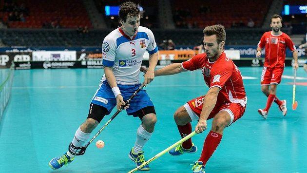 Český obránce Michal Podhráský (vlevo) ve čtvrtfinále MS proti Dánsku.