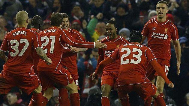 Raheem Sterling (třetí zprava) z Liverpoolu slaví vyrovnávací gól v utkání proti Chelsea.