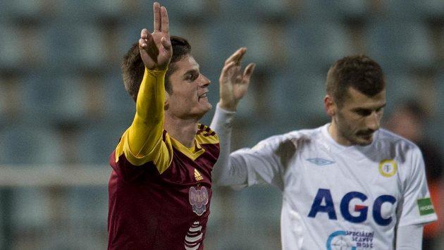 Záložník Dukly Praha Aldin Čajič (vlevo) se raduje z gólu proti Teplicím. Vpravo je středopolař Severočechů Admir Ljevakovič.