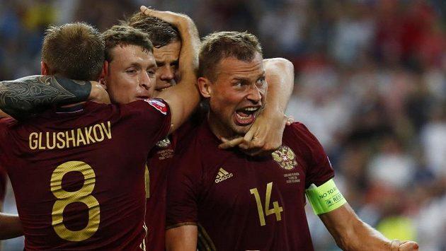 Kapitán Rusů Vasilij Berezuckij slaví svůj gól v samém závěru utkání s Anglií.
