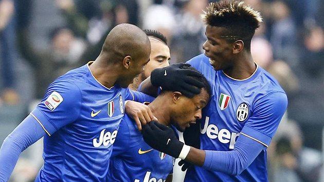 Patrice Evra (uprostřed) oslavuje se spoluhráči z Juventusu Paulem Pogbou (vpravo) a Angelem Ogbonnou gól proti Sampdorii Janov.