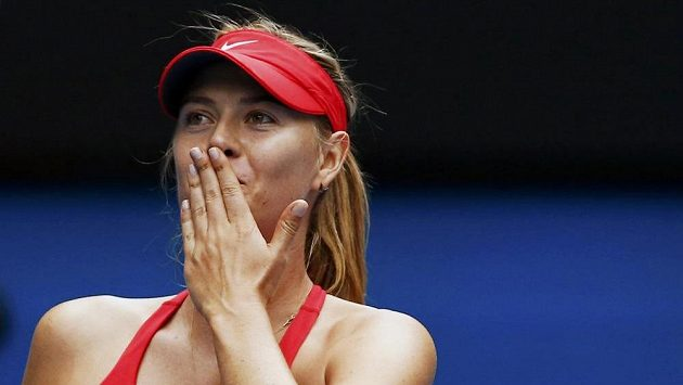 Ruská tenistka Maria Šarapovová slaví vítězství nad Rumunkou Simonou Halepovou.