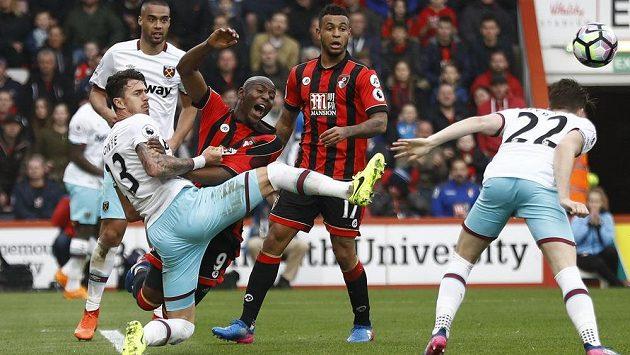 Fotbalisté West Hamu hrají ve středu tabulky Premier League. Hráči Kladivářů si ale stejně užívají života, jako třeba Edimilson Fernandes.