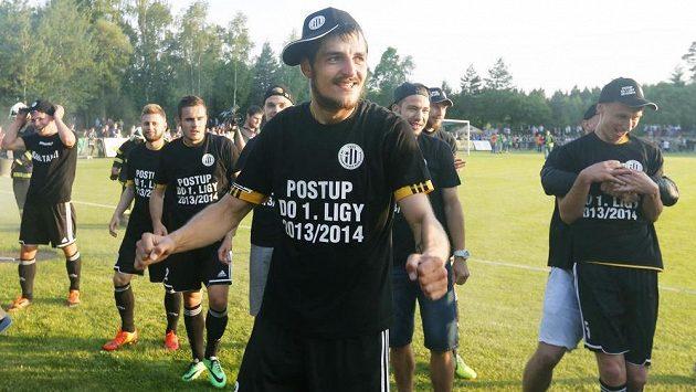 Radost hráčů Budějovic a Jaroslava Machovce po postupu mezi ligovou elitu.