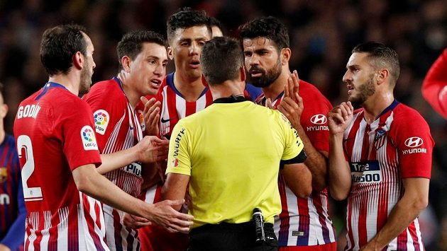 Útočník fotbalového Atlétika Madrid Diego Costa po vyloučení chytil sudího za ruku, aby nemohl udělit karty jeho spoluhráčům.