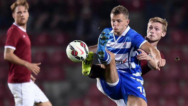 Útočník Zwolle Tomáš Necid (vpředu) v souboji se sparťanským obráncem Jakubem Brabcem..
