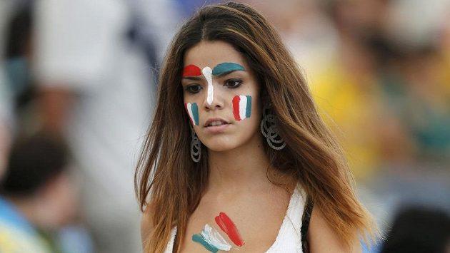 Půvabná italská fanynka na stadiónu Maracaná v Rio de Janeiro.