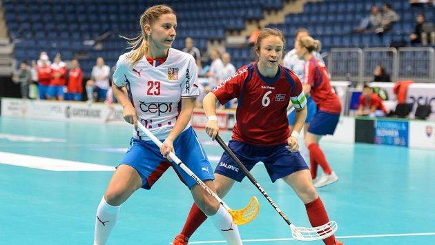 Zleva česká hráčka Adéla Bočanová a Karen Farnesová z Norska během utkání MS v Bratislavě.