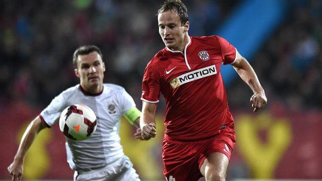 Pavel Košťál (vpravo), autor jediného gólu Zbrojovky v ligovém duelu se Spartou. Akci brněnského zadáka přihlíží sparťan David Lafata.