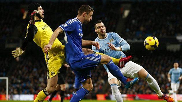 Brankář Chelsea Petr Čech ve spolupráci s obráncem Garym Cahillem odvrací míč před dotírajícím Alvarem Negredem (vpravo) z Manchesteru City.