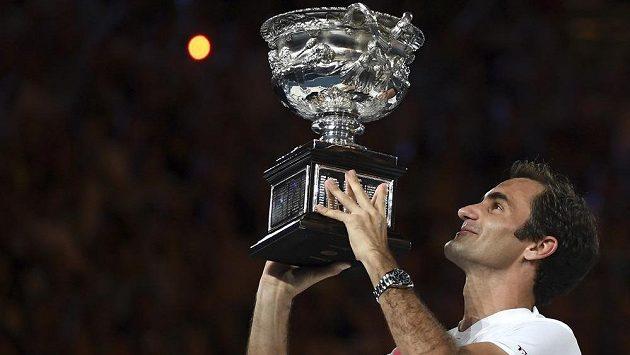 Roger Federer s trofejí na Australian Open.
