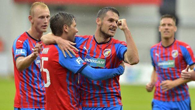 Aleš Čermák (druhý zleva) z Plzně se raduje z prvního gólu s Milanem Havlem (druhý zprava), který mu nahrál.