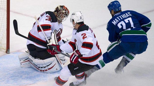 Obránce New Jersey Devils Marek Židlický (uprostřed) se snaží Shawna Matthiase z vancouveru před brankářem Corym Schneiderem.
