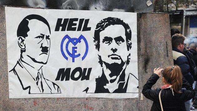 Plakát v ulicích Madridu zobrazující kouče fotbalistů Realu Josého Mourinha a nacistického vůdce Adolfa Hitlera (vlevo).