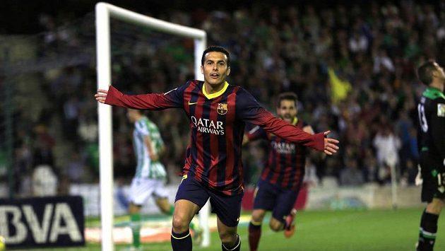 Pedro (vpředu) z Barcelony slaví gól na hřišti Betisu Sevilla.