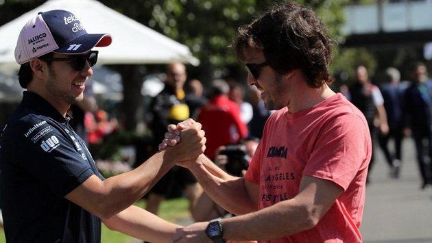 Sergio Pérez se zdraví s Fernandem Alonsem (vpravo).