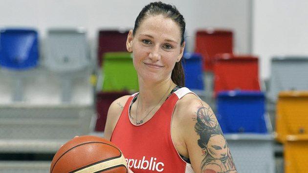 Česká basketbalistka Renáta Březinová (vlevo) byla ústřední postavou českého celku v utkání se Švédskem na ME.