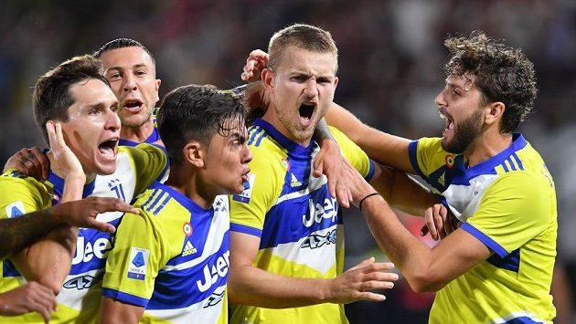 Hráči Juventusu oslavují gól proti Spezii.