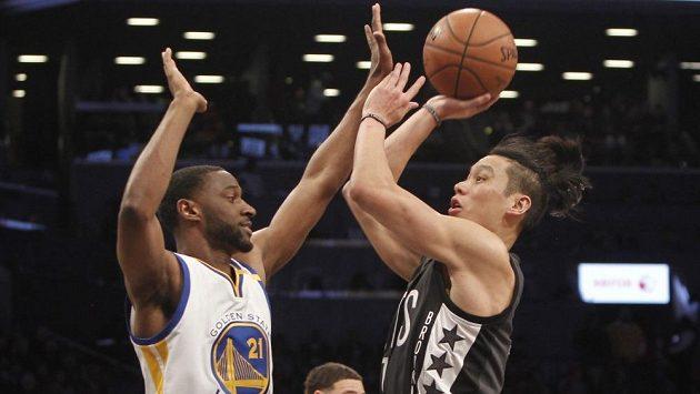 Basketbalista Golden State Ian Clark (vlevo) se snaží zblokovat Jeremyho Lina z Brooklynu.