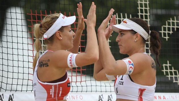 Markéta Nausch Sluková (vlevo) a Barbora Hermannová oslavují postup do vyřazovací fáze mistrovství světa.