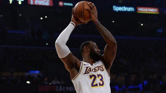 Basketbalista Los Angeles LeBron James (23) během duelu s Dallasem.