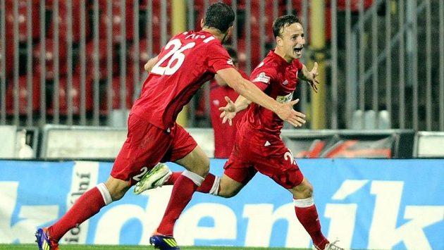 Brněnský obránce Alois Hyčka (vpravo) se raduje z gólu proti Teplicím. Vlevo je jeho spoluhráč David Pašek.
