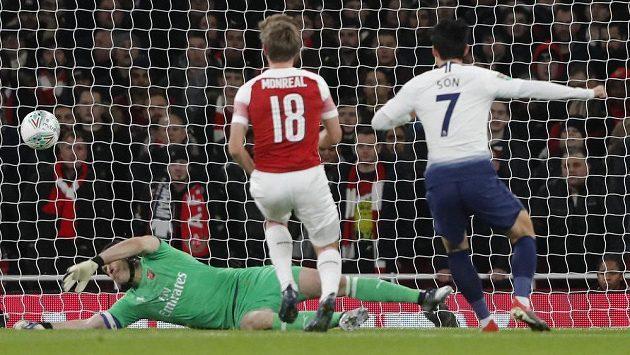 Petr Čech v brance Arsenalu inkasuje první gól ve čtvrtfinále EFL Cupu proti Tottenhamu.