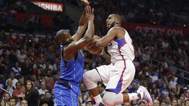 Chris Paul z Los Angeles Clippers (vpravo) se snaží prosadit přes obranu Raymonda Feltona z Dallasu.