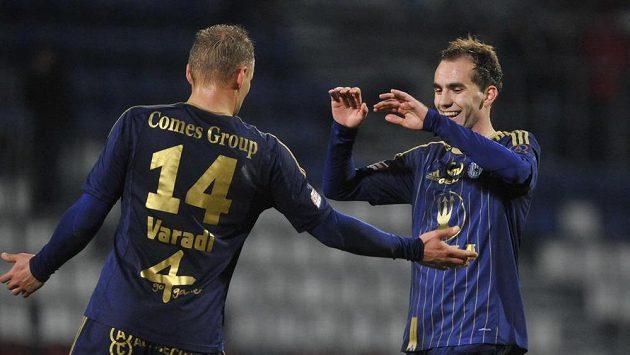 Hráči Olomouce Adam Varadi (vlevo) a střelec Tomáš Zahradníček se radují z gólu proti Slavii.