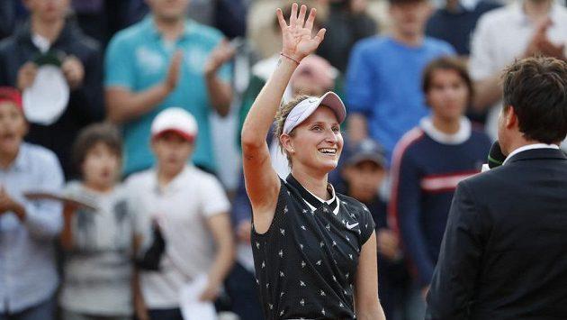 Česká tenistka Markéta Vondroušová zdraví fanoušky po postupu do semifinále French Open.