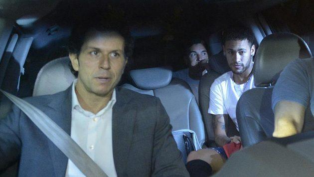 Brazilský fotbalista Neymar v autě s lékařem Rodrigem Lasmarem (vpředu), který jej v sobotu v Belo Horizonte operoval.