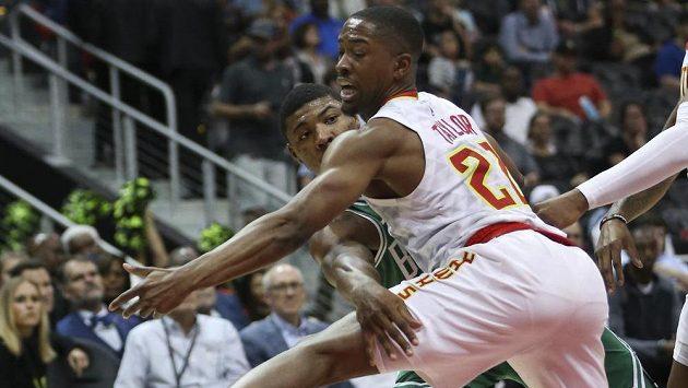 Basketbalista Bostonu Celtics Marcus Smart (36)přihrává kolem bránícího hráče Atlanty Hawks Isaiaha Taylora (22).