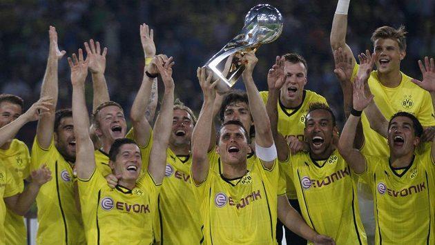 Tým Borussie Dortmund s německým Superpohárem.