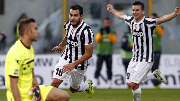 Útočník Juventusu Carlos Tévez (10) slaví svůj gól na hřišti Livorna.