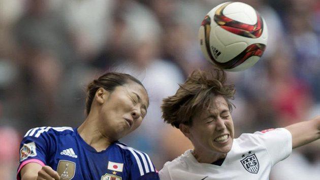 Meghan Klingenberg v souboji s Yuki Ogimiovou ve finále mistrovství světa žen.