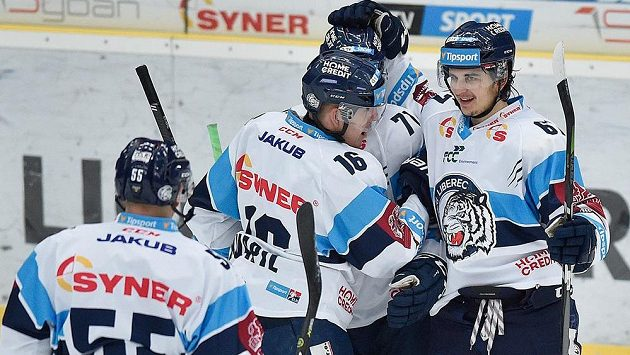 Hráči Liberce se v zápase s Třincem radují z prvního gólu, který dal Marek Kvapil (druhý zleva).