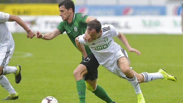 Ruslan Mingazov z Příbrami a Jan Moravec z Karviné v akci během utkání nejvyšší fotbalové soutěže.