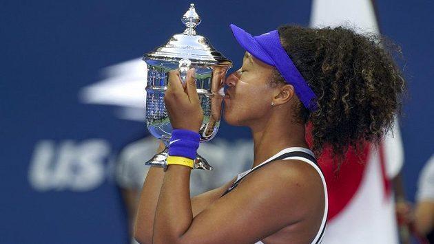 Japonská tenistka Naomi Ósakaová líbá trofej pro vítězku US Open.