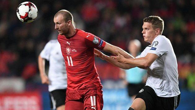 Michael Krmenčík si kryje míč před Matthiasem Ginterem.