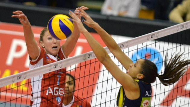 Na síti se setkaly Quinta Steenbergenová (vlevo) z Prostějova a Fernanda Garay Rodriguesová z Istanbulu.