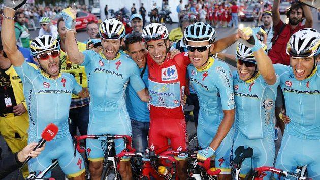 Fabio Aru z Itálie (uprostřed) jásá s týmovými kolegy po triumfu na Vueltě.