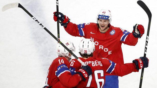 Norští hokejisté se radují z branky Kristiana Forsberga (uprostřed) v duelu proti Slovinsku.