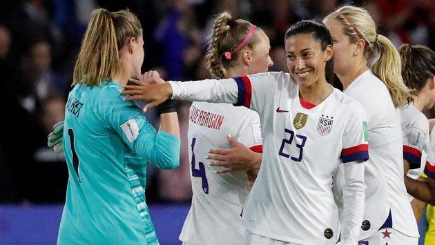 Fotbalistky Spojených států amerických prošly na mistrovství světa ve Francii základní skupinou bez inkasovaného gólu. Obhájkyně titulu vyhrály všechny tři zápasy, naposledy zdolaly Švédsko 2:0.